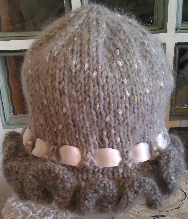 Cappello per bambina realizzato in lana. Lavorazione a maglia. Knit.