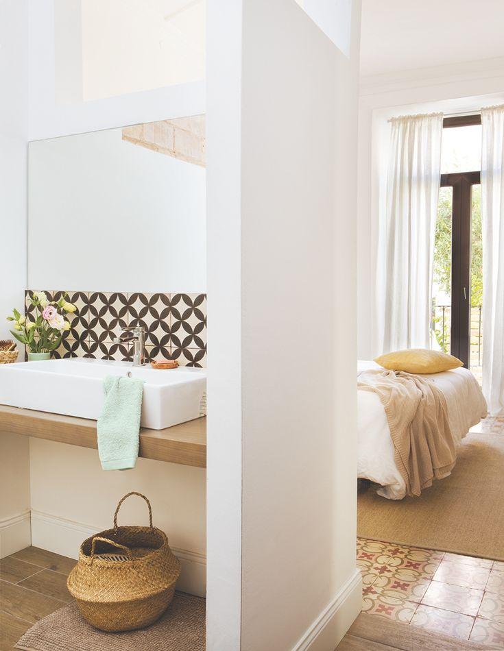 En el baño. Junto al lavamanos, un jarrón de Verónica Moar y en el suelo, cesta grande de Kiva.