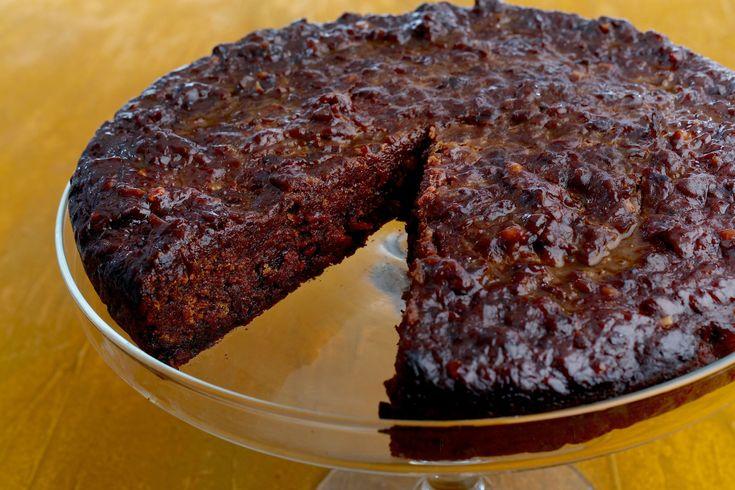 CARIBE O bolo de casamento no Caribe segue a mesma tradição do bolo de chocolate jamaicano com frutas em calda de rum por pelo menos um ano na massa. Uma tradição comum é permitir aos convidados darem uma olhadinha nele enquanto está assando.
