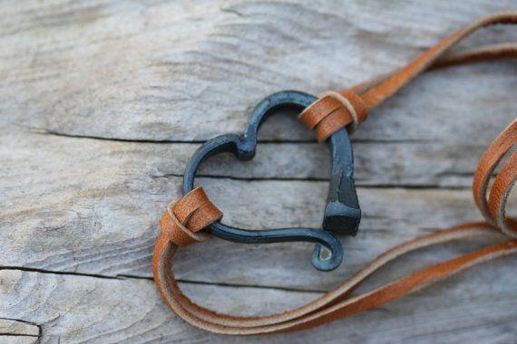 Mein Blacksmithed Pferd Schuh Nagel Armband ist angenehm zu tragen und macht eine tolle Geburtstagsgeschenk oder Geschenk für den Pferde-Liebhaber in Ihrer Familie.  Das Herz wird durch weiche und bequeme Hirschleder Lederschnürung gehalten und das Armband ist voll einstellbar. Die Größe wird durch Verschieben der Glasperle türkis-blaue Farbe, nach oben oder unten angepasst. Sie können entweder dunkelbraun oder Tan Leder wählen Sie bei der Bestellung.  Jedes Herz ist von mir handgefertigt in…