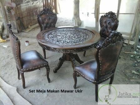 Meja Makan Ukir Mawar ini memiliki desain yang unik setiap meja dan kursi di hiasi ukiran bunga khas jepara membuatnya mempunyai nilai estetika tersendiri.