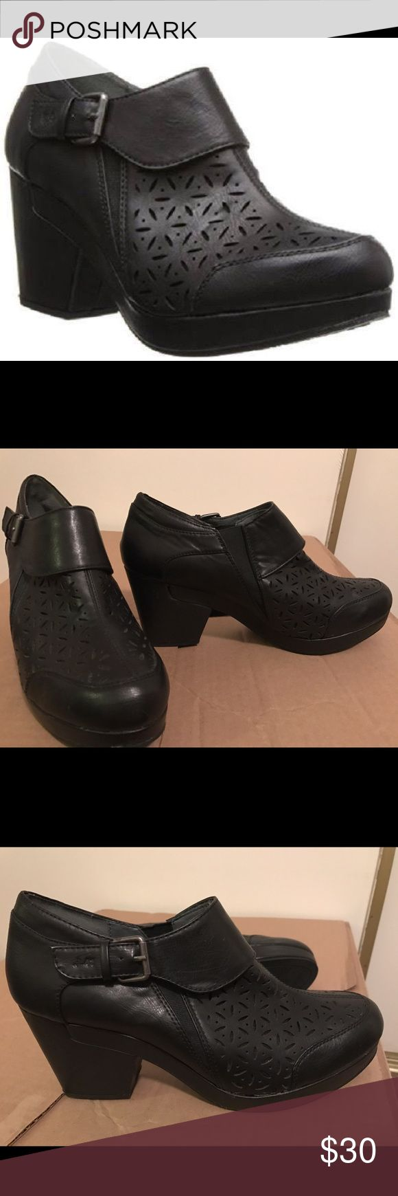 """J-41 Susie mule shoes J-41 Womens Susie Perforated Ankle Boot Mules Black Size 11 M Description J-41 Women's Susie Mules Man-Made/Synthetic Synthetic sole Heel measures approximately 2.75""""Platform measures approximately 0.75""""Decorative buckle. I tired them on and they did not fit my feet right. My feet are a little too wide for them. J-41 Shoes Mules & Clogs"""