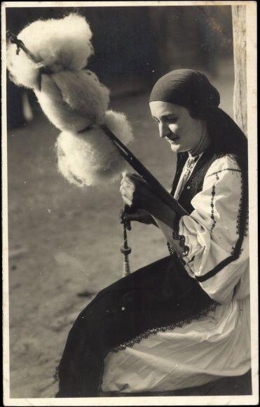 Romanian spinner. Postcard Paris, Exposition Internationale 1937, Pavillon Roumain, Sibiu Rumänien.
