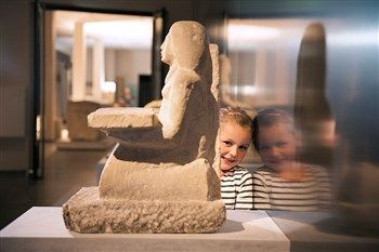 Kom Egyptisch knutselen in de voorjaarsvakantie in het Rijksmuseum van Oudheden! Alles staat in het teken van het oude Egypte: kom je favoriete dierenknuffel mummificeren, doe het dierenmemory-spel, of bouw een sfinx met lego. Klaar met knutselen? Doe dan de Klaas van Kruistum-audiotour over de Egyptische zalen, of volg de spannende Dummie de mummie-speurroute.