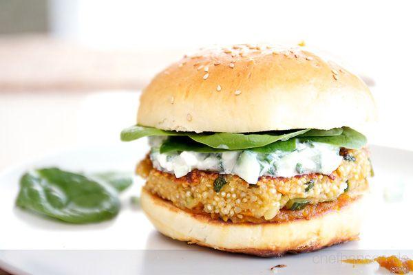 """Willkommen zur Gastartikel-Serie! Ich habe einen Schwung liebgewonnener Blogger und Food-Fanatiker gefragt, ob sie einmal hier einen Gastartikel veröffentlichen mögen - und alle haben zugesagt. Den Anfang macht heute mein Koch-Buddy und als """"Burgermeister von Gärtringen"""" bekannter Chef Hansen mit einer leckeren Veggi-Burger-Kreation, dem King"""
