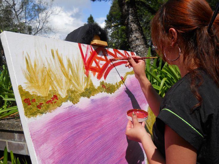 Estudiante de Artes plásticas Sede Oriente en clase de Pintura