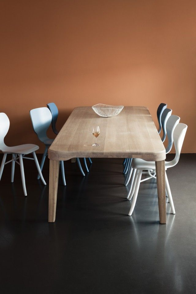 Linteloo's Tulipani chairs and Largo dining table.