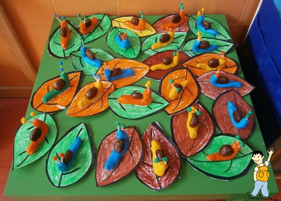 Caracoles hechos de plastilina y castañas.