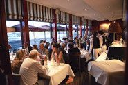 Gutes Fischrestaurant in Hamburg mit gemütliocher Atmosphäre, dass sowohl für business als auch private Essen geeignet und am Hafenrand auf Citryseite gelegen ist