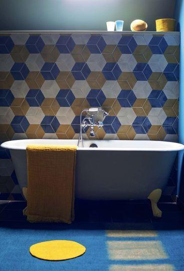 La chambre des enfants dispose aussi de sa propre salle de bains aux motifs graphiques et colorés - Plus de photos sur Côté Maison http://petitlien.fr/79u0