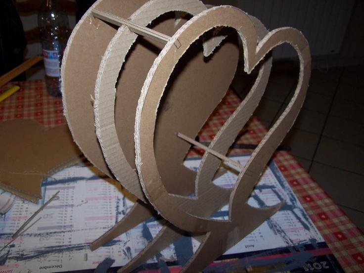 Urne Coeur réalisé par Creationnadel avec le patron gratuit de l'Atelier Chez Soi http://www.atelierchezsoi.fr/post/2011/02/01/Tutoriel-%3A-une-urne-en-carton-en-forme-de-coeur-%5BPatron-offert%5D