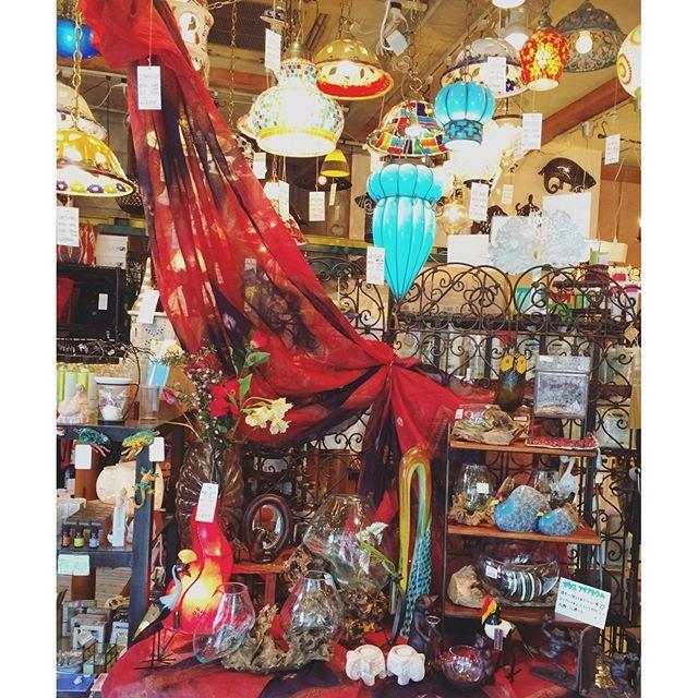【lampada_shinyo】さんのInstagramをピンしています。 《10月に入ったので、店内を少し模様替え。 . ドラマチックな秋になりそうです☆ . #ディスプレイ #サリー #布 #赤 #red #モロッコランプ #スタンドライト #ペンダントライト #照明 #ランプ #インド #モロッコ #インドネシア #アフリカ #鳥 #インテリア雑貨 #輸入雑貨 #アクアリウム #ガラス #個性的 #mixculture  #ビビッド #インテリア #interior #セレクトショップ #Lampada #ランパダ》