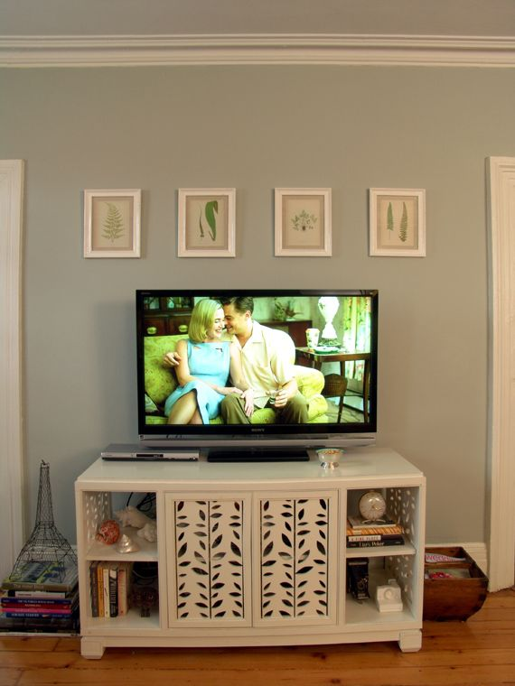 photo frames above the tv to break up space on the wall