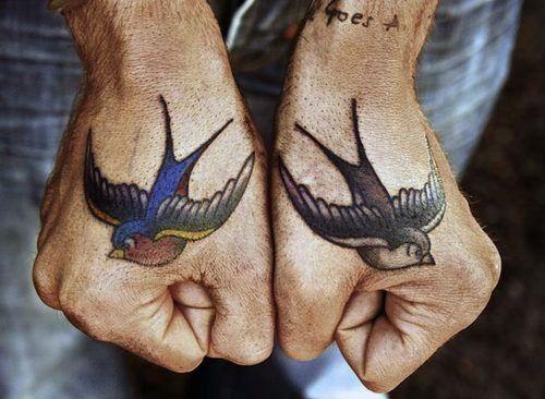 Tatouage deux hirondelles old school sur la main https://tattoo.egrafla.fr/2016/03/01/modeles-tatouage-main/