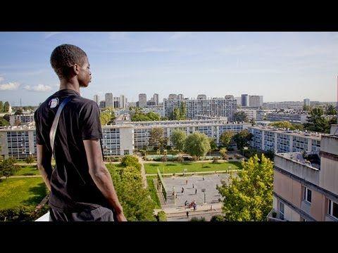 #2013, #BandeAnnonce, #CiteRose, #Complet, #Entier, #Film, #LaCiteRose, #Mitraillette, #Quartier   De la cité Rose bande annonce du film, au cinéma le 27 mars 2013.»Mitraillette» a 12 ans. Il vit dans la ville Rose, sa cité qu'il ne quitterait pour rien au monde. Son frère, aîné, Djibril, 22 ans, étudiant à la Sorbonne qui rêve de devenir un avocat. La mitrailleuse, lui, voulait juste...
