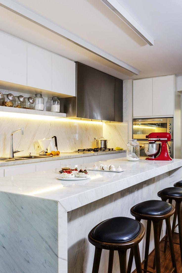 En esta renovada cocina a puro blanco, mesada de mármol Calacatta (Ragomar) y banquetas de incienso y cuero.