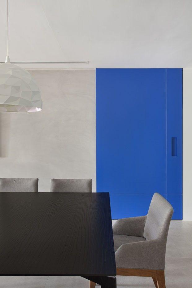 Base cinza e toques de cor em apartamento carioca
