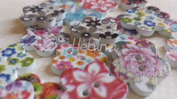 Bottoni in legno decorati a due fori. Per Scrapbooking by Hebina