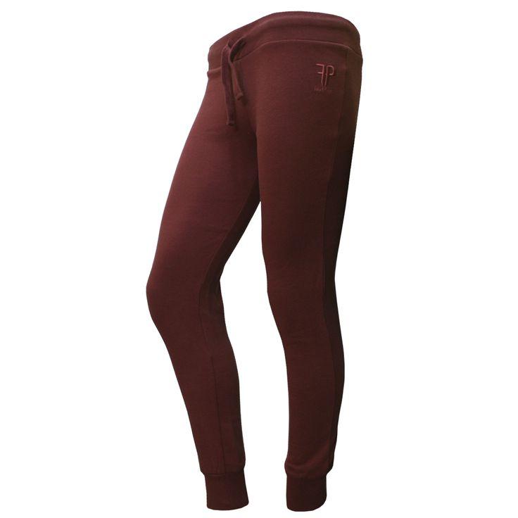 Pantalon Urania Marsala Pantalón de mujer con logo de Feel Point bordado en parte delantera. Disponible en colores negro y marsala Composición: 100% ALGODÓN. Disponible en tallas XS a XXL