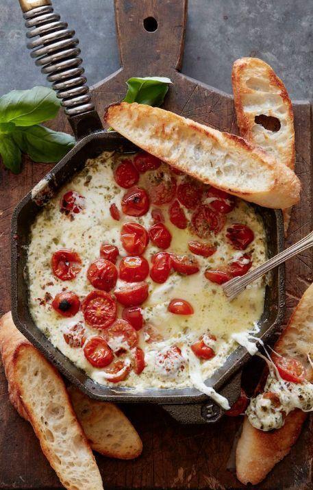 Warme caprese dip, eigenlijk gewoon een caprese fondue!