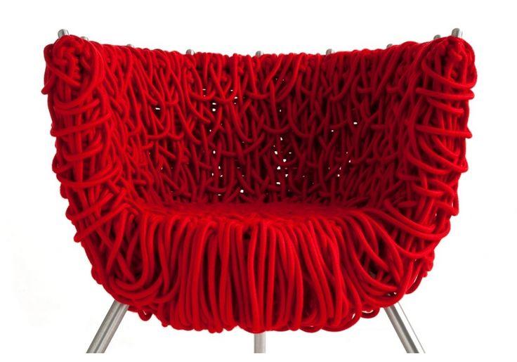 """Fauteuil """"Vermelha""""  de Humberto & Fernando Campana Il a été réalisé avec cinq cents mètres de cordage."""
