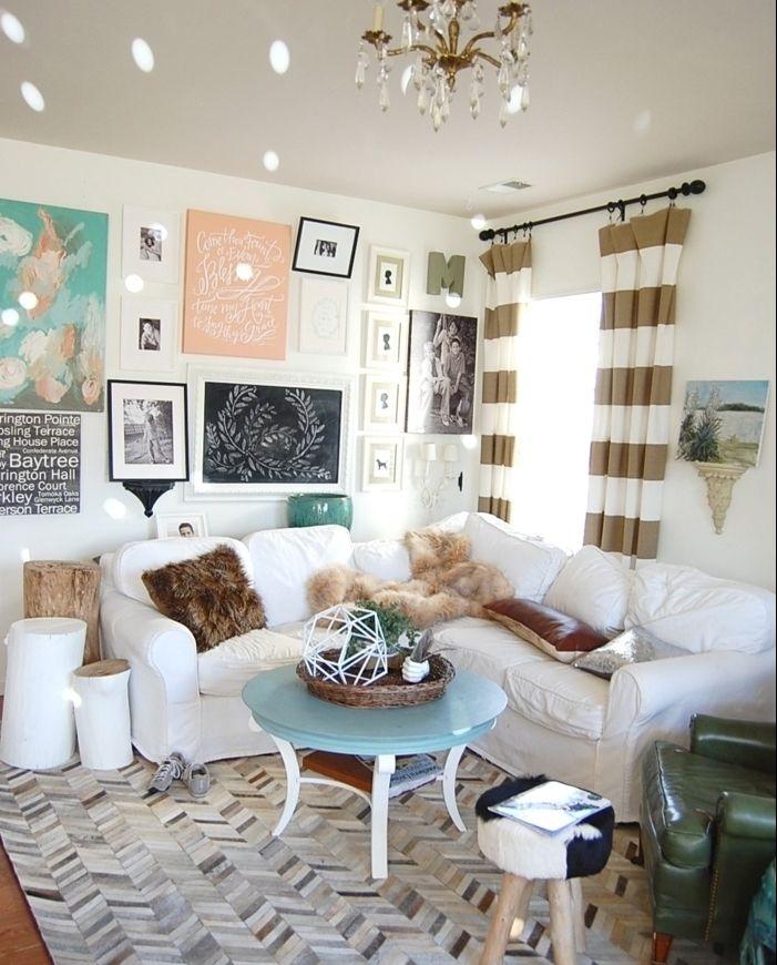 amenagement salon rideaux or et blanc coussins dcoratifs en fausse fourrure fauteuil vert