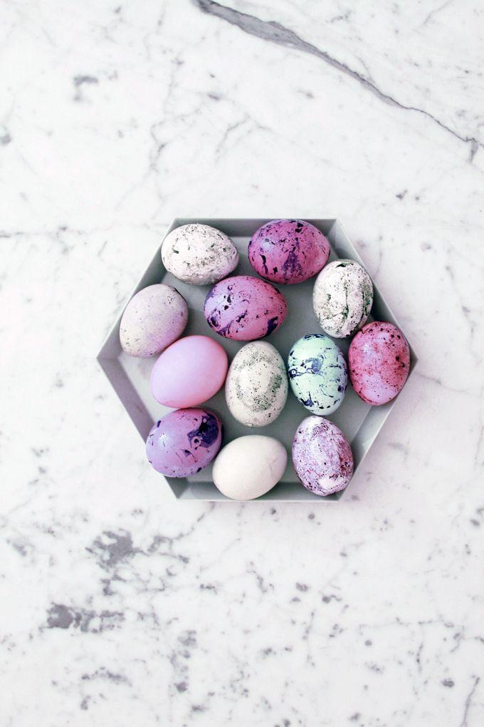 Jos tänä pääsiäisenä ei marmoroi munia, niin ei milloinkaan. Tehtiin tyttöjen kanssa äsken niin fäshönit pääsiäiskoristeet. Ostin pussillisen Mignoneita ja puhalsin muutamia kanamunan kuoria. Teki vaikutuksen 4-vuotiaaseen. 1. Sekoita kulhoon vedestä ja elintarvikeväristä mieleiset vaaleat pohjavärit ja kastele munat niissä. Anna kuivua. 2. Sekoita toiseen kulhoon tummempi väriliemi ja lisää siihen teelusikallinen oliiviöljyä. 3. …