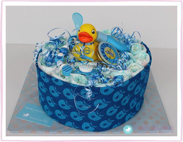 Badeånd Cake: 30 engangsbleer af mærket 'Pampers', str. 3 (midi, 4-9kg) 1 stofble med sødt mønster fra mærket 'Småfolk', 100% bomuld, 75 x 75 cm 1 suttekæde fra træ fra mærket 'Heimess' 1 plastikske til den første måltid fra mærket 'babylove' eller 'Nip'  2 små plejeprodukter til babyer 1 sut fra mærket 'babylove' eller 'Nip', silikon, str. 0-2 mdr.