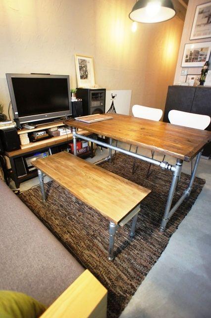 テーブルは古材を利用した天板。 ベンチは集成材を使用。 天板の意匠で雰囲気も随分変わる。