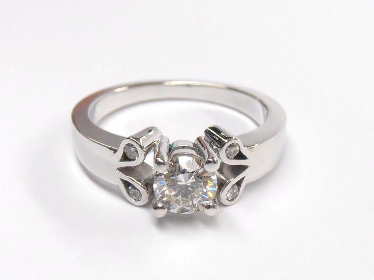 Delicado  y romántico anillo de compromiso en platino y diamante Fabricación a mano   JOYAS MARCEL Duran Joyeros, Bogotá. Joyas Marcel #duranjoyerosbogota #joyeria #hermosasjoyas  #compracolombiano #hechoamano #anillosdecompromiso #Colombia