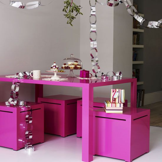 love pink love pink: Paperchains, Things Pink, Christmas Decor Ideas, Small Kitchens, Decorating Ideas, Kitchens Tables, Hot Pink, Modern Christmas, Paper Chains