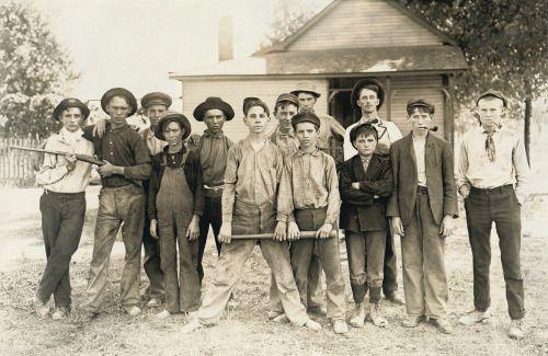 Imagen en la lente de Lewis Hine, del equipo de béisbol de una fabrica vidriera por allá en (1908).