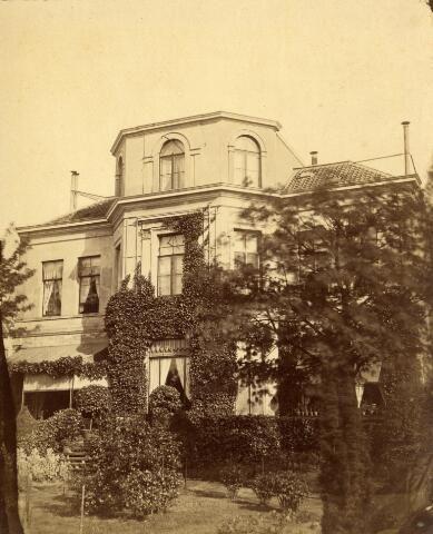 Gezicht op de achtergevel van het huis Maliebaan 14 te Utrecht, uit het noordwesten met op de voorgrond een deel van de tuin. 1878