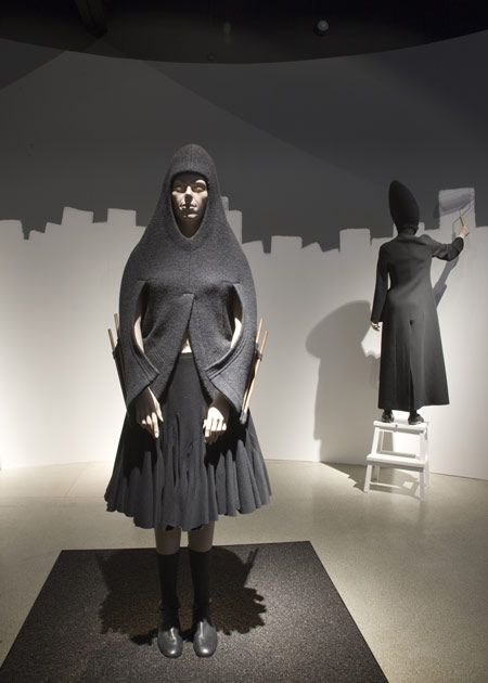 hussein-chalayan-at-the-design-museum-d-hc-panoramic-aw-1998-cre.jpg (450×630)