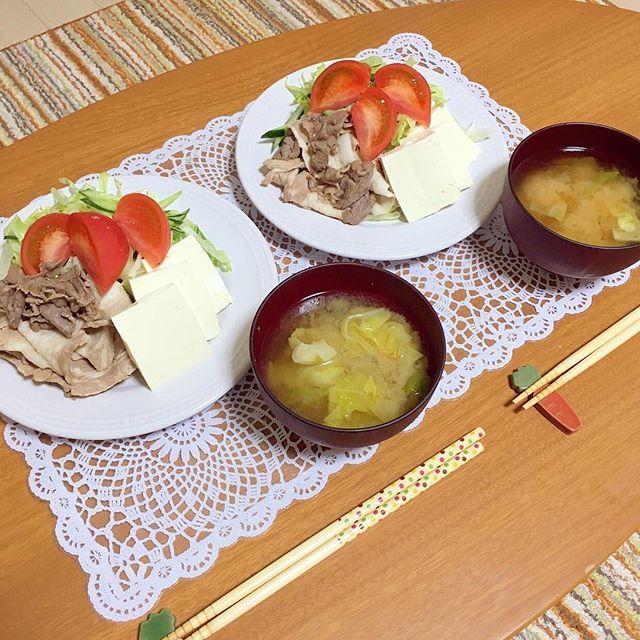 🍴今日のご飯🍴  最近あーちゃんといる率高いなあ〜〜。 昨日は仕事終わりに岩盤浴〜。今日は仕事なのに、昨日は少し夜ふかししちゃったなあ〜。 よし、仕事がんばりましょう♪  さて、いただきます🤤🍴 《メニュー》 *冷しゃぶサラダ *キャベツと椎茸の味噌汁  #いただきます#フード#おかず #料理 #家庭料理 #おうちご飯 #グルメ #料理写真 #デリスタグラマー  #飯テロ #foodstagram #foodpic #instafood #instagood #eat#cookingram#followme#japanesefood#foodie#happy #food#foodpic #春ちゃんクッキング  #breakfast #冷しゃぶ #サラダ #salad #朝食 #岩盤浴 #野菜 #肉