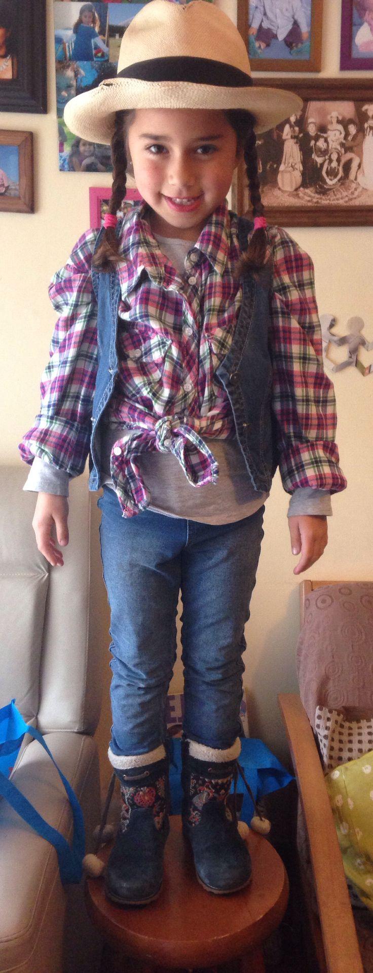 Simple disfraz de vaquera, jeans, camisa cuadrille, sombrero, trenzas... Bella