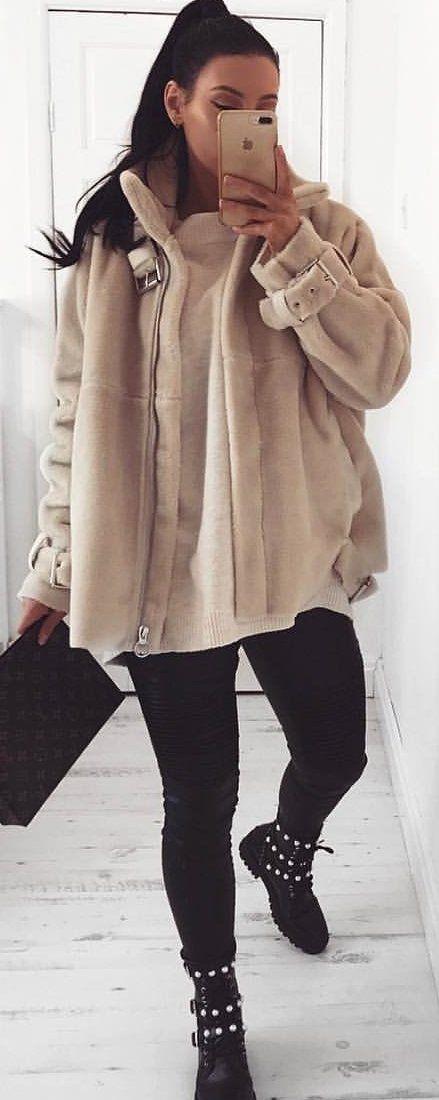 #spring #outfits woman wearing beige coat taking selfie on mirror. Pic by @katyluise