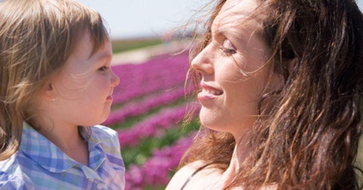 Cómo festejarle a mamá un gran día de la madre sin gastar dinero. Las madres se glorifican con el amor y la apreciación de sus hijos. Expresar tu afecto en el día de la madre para la mujer que te alimentó durante tu niñez es simple. Abre tu corazón y aprecia el amor que se tienen el uno por el otro.