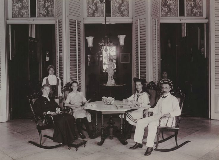 Europees gezin met bedienden. Bodjong 57 te Semarang. Ca 1915