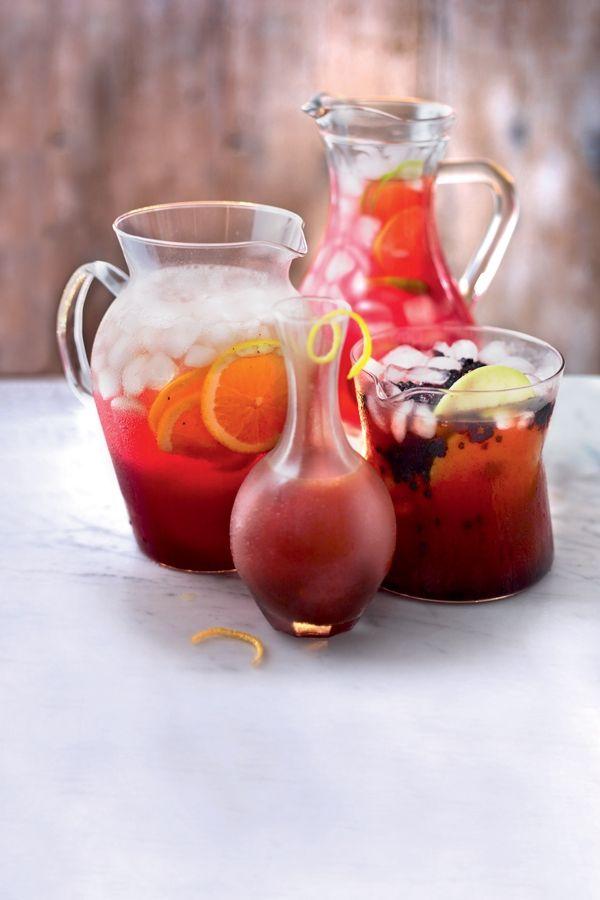 Vergeet prosecco en rosé, en schenk je gasten deze zomer eens wat anders in. Met cranberry, kruidnagel en kaneel maak je in een wip een perfecte punc...