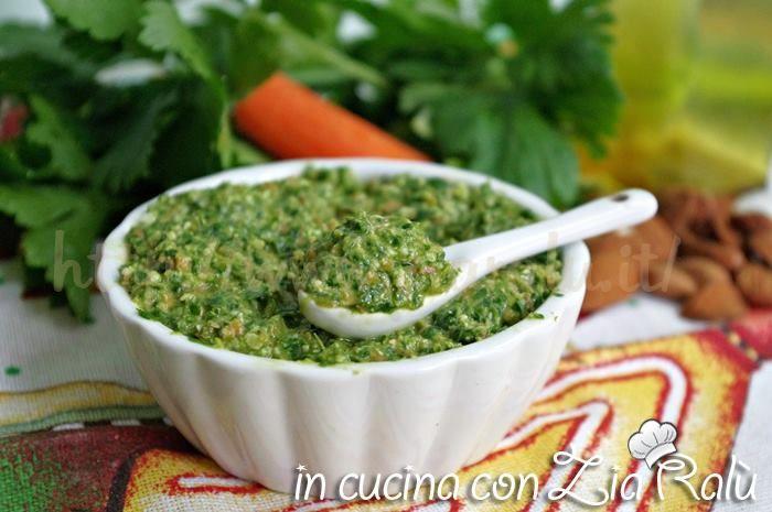 Il pesto al sedano mandorle e carote è un pesto fresco e gustoso che potrete utilizzare per condire la pasta per ottenere primi estivi deliziosi