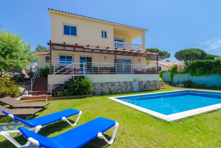 Looking for a luxury, quietly situated six-bedroom villa in Spain within easy reach of the sea? Then book this beautiful, family-friendly villa on the Costa Brava.