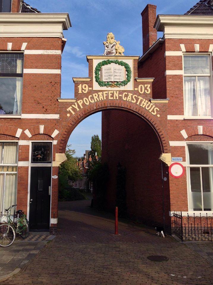Groningen, aan Petrus Camperssingel gelegen. Ik woonde op no 37, rechts van de poort.