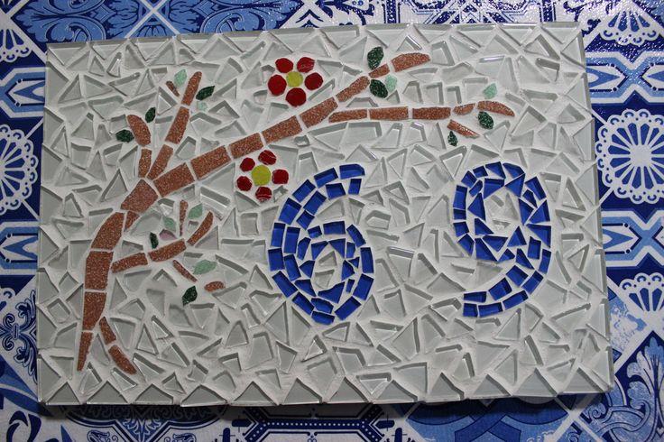 Mosaico feito com pastilhas de vidro em azulejo cerâmico.