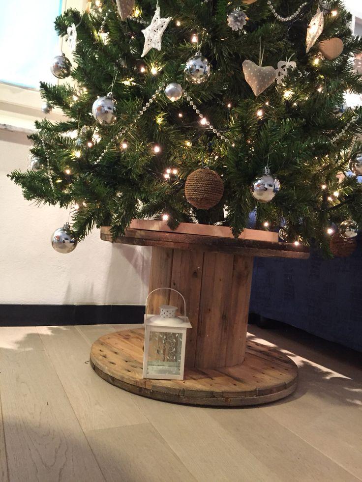 Bobina cavi elettrici usata come base per albero di Natale
