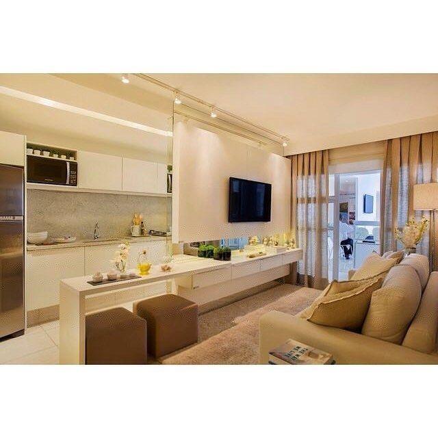 Olhem quem bacana essa idéia de integração da cozinha e sala de estar! O painel da TV parece flutuar com o efeito dos espelhos no topo e na base. Adoramos! 💡👌🏻  ⁘  (autor não identificado) #earqdecor #decor #decoração #interiores #arquitetura #construção #design #instadaily #instadecor #home #homestyle #architecture #world #beautiful #top #instamood #l4l #shoutout #f4f #inspiração #amazing #house #arquiteta #perfect #igers #love #tbt #photooftheday #instagood #archilovers