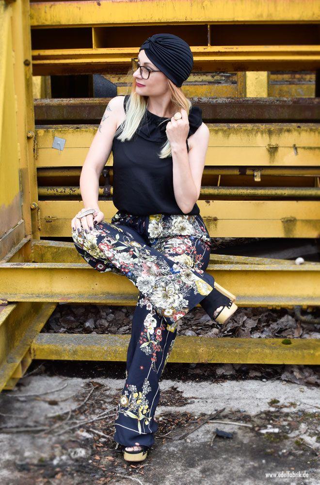 Wie style ich eine Hose mit weiten Beinen. Turban richtig kombinieren.  Pyjama Hose von Zara mit Blumenmuster und leichter Sommermantel  #blumen #print #weitehose #zara #sommerlook #ü40look #over40style #Ü40mode #Ü40blog #over40blog #fashionover40 #40plusstyle #ü40 #mature #maturewoman #womenwithstyle #ü40blogger #ü40bloggerin #over40fashion #over40andfabulous #over40fashionblogger #40plus #40plusblogger #40plusfashion
