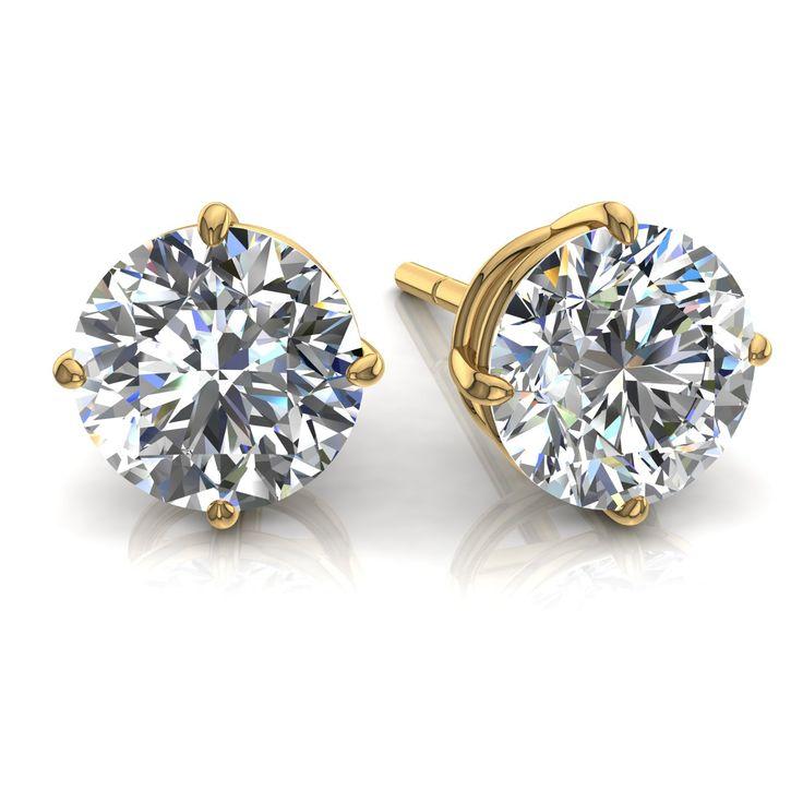 """Boucles d'oreilles puces diamants ronds 0.85 carats et or jaune Irina  Diamants & Carats vous présente Irina, charmante paire de boucles d'oreilles diamants ronds 0.85 carats en or jaune.  Les puces diamants sont considérées comme """"les classiques"""" dans la joaillerie. Ces boucles d'oreilles de fabrication française sont composées de deux diamants de 0,425 carats chacun.  Ces puces sont serties de quatre griffes (appelées """"chaton""""), ce qui permet de donner un maximum d'éclat à la pierre. Pour…"""