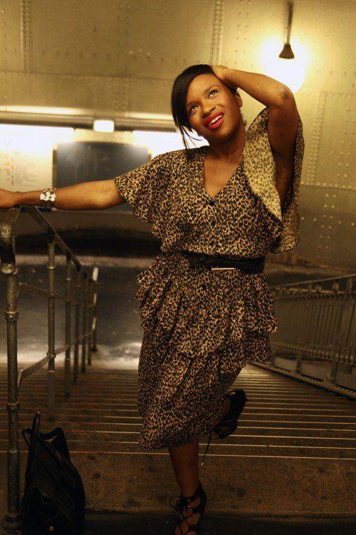 En mode léopard & vintage  Robe à motifs léopard avec volants – Kilo Shop Ceinture noire et dorée – H&M Chaussures à talons daim noir – Belle Women Sac cabas cuir et daim noir – Céline  : Artismine