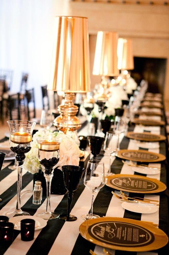gestreifte Tischdecke, goldene Teller und Tischleuchten